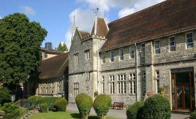 英国大学之温彻斯特大学   和007中的终极大BOSS做校友是怎样一种体验?