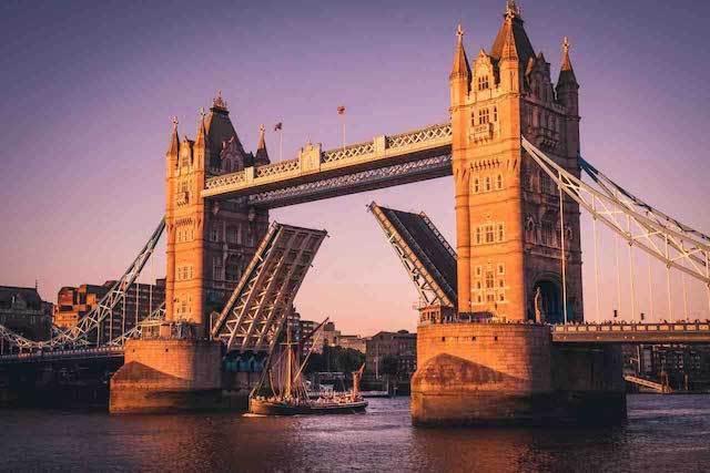 secretadventures_img_hero_sail_throught_tower_bridge.jpg